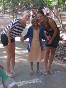 Bild einer Altenheimbewohnerin mit zwei Betreuerinnen