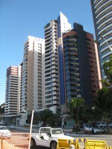 Bild vom Hochhausriegel zwischen Mãe Luiza und dem Strand
