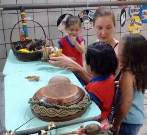 Barbara mit Kindern im Kindergaren Espaco Livre