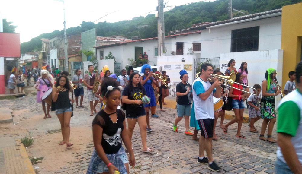 Die Musikschüler auf dem WEg durch das Viertel © Centro Sozio
