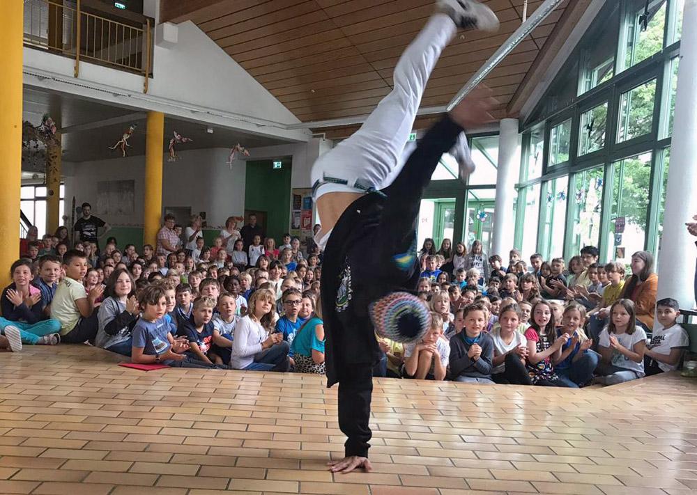 Bgm.-Prandl-Grundschule: Capoeira-Vorführung von Cipó © I. Watzlawek / FrKr ML