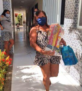 Frau beim abholen von Lebensmitteln