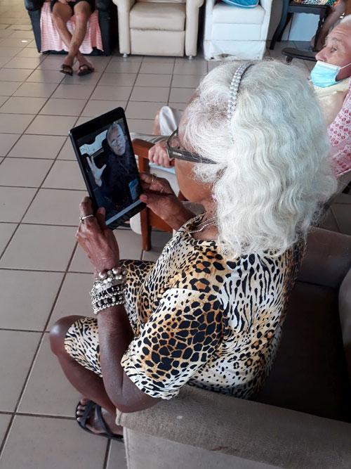 Bewohnerin des Altenheims beim Skypen