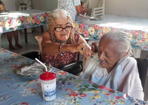 Die Bewohner gehen liebevoll und achtsam miteinander um. © Centro Sócio / ML